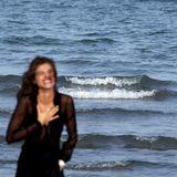 Bei ihrem Shooting am Strand stiehlt dieser Badegast Elisa Sednaoui die Show.
