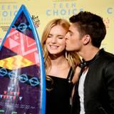 Bella Thorne bekommt den Award als bester Film-Bösewicht und ihre Freund Gregg Sulkin freut sich mit ihr.