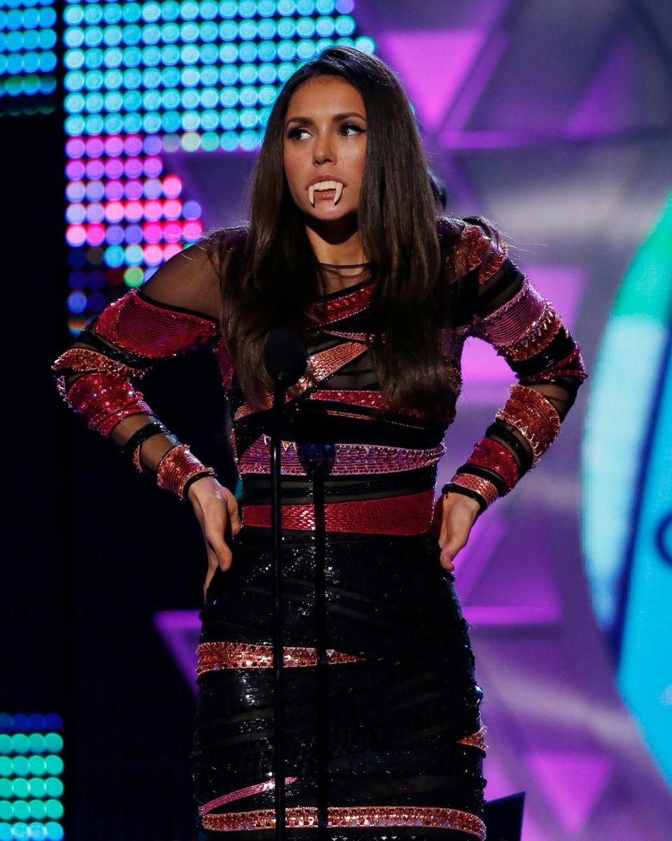 """Nina Dobrev verabschiedet auf der Bühne der """"Teen Choice Awards"""" noch einmal von ihrer Rolle als Vampirin """"Elena"""" in """"The Vampire Diaries"""". Sie gewinnt das Surfbrett als beste Fernsehschauspieler - Sci-Fi/Fantasy. Gemeinsam mit Exfreund Ian Somerhalder wird sie außerdem für den besten Kuss ausgezeichnet."""