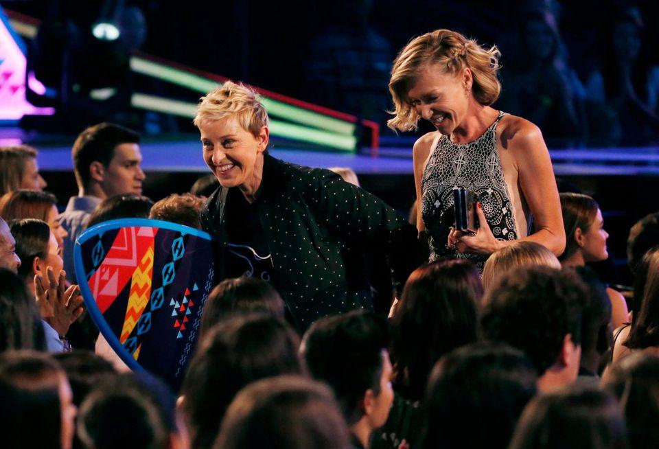 Nachdem Ellen DeGeneres den Award als beste Comedienne entgegengenommen hat, verlässt sie die mit Ehefrau Portia di Rossi fluchtartig die Veranstaltung.