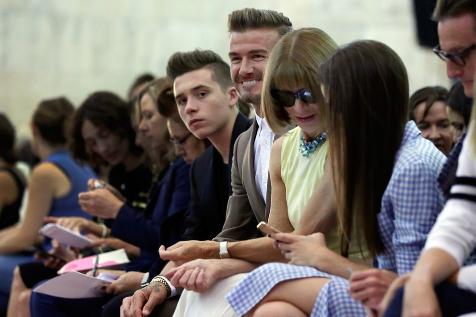 Brooklyn Beckham sitzt natürlich in der ersten Reihe neben Papa David und Vogue-Chefin Anna Wintoru. Wer allerdings fehlt, ist die kleine Harper, die bei den letzten Shows die Gäste bezaubert hatte.