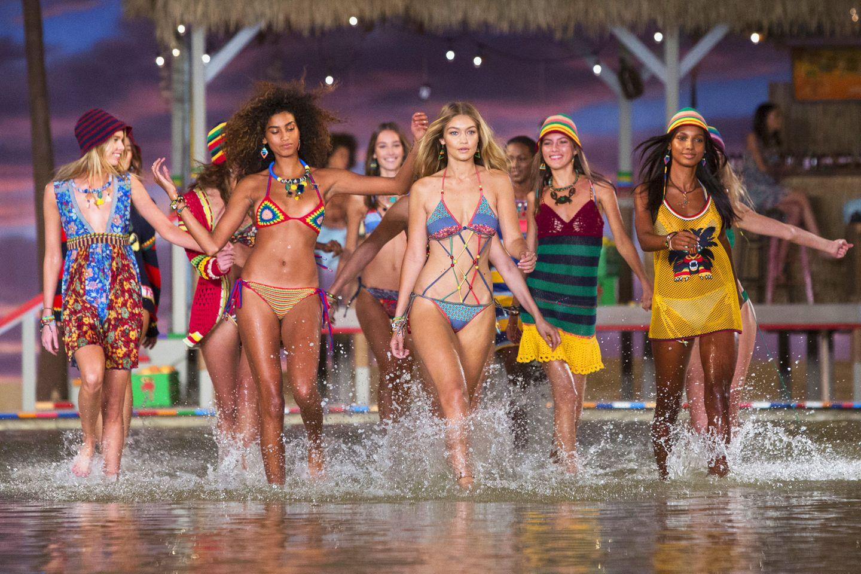 Ist etwa schon wieder Sommer? Zumindest sieht es mit Gigi Hadid und den anderen Topmodels auf dem sommerlichen Laufsteg von Tommy Hilfiger ganz danach aus.