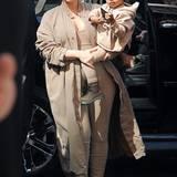 """Kim Kardashion und Tochter North West sind für die """"Yeezy""""-Show von Kanye West natürlich schon passend mit Outfits der neuen Kollektion gestylt."""
