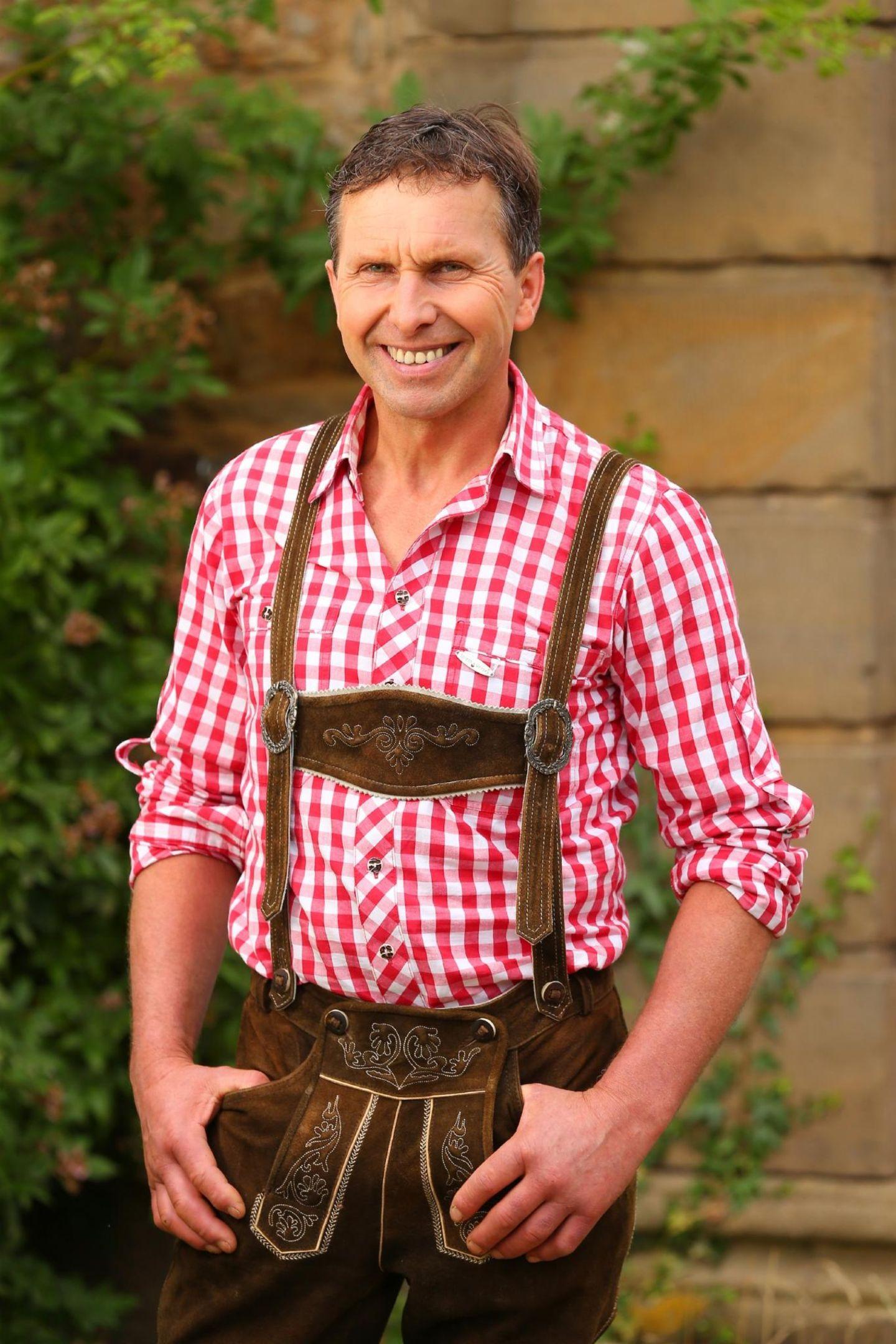 """Manfred aus Oberfranken, Bayern, lebt mit seinem Vater: Der selbsternannte """"Milchbauer im Kleinformat"""" Gottfried,ist ein echtes Energiebündel. Der 54-Jährige bewirtschaftet seit 33 Jahren einen Milchviehbetrieb mit rund 68 Rindern, 47 Hektar Grün- und Ackerland sowie 13 Hektar Wald. Mit viel Liebe und Engagement kümmert sich Gottfried um seine Tiere. Während der Arbeit im Stall läuft bei dem Landwirt immer Musik. Sein Motto: """"Umso schöner die Musik, umso besser läuft die Milch."""" Obwohl der Vater dreier Söhne (15, 17 und 30 Jahre) gern ausgeht, hat er seine Traumfrau noch nicht gefunden. Der 1,70 Meter große Landwirt träumt davon, mit einer neuen Partnerin auf seinem Motorrad davonzufahren. """"Ich suche eine lustige Frau, die mit meiner quirligen Art gut zurechtkommt. Ich will das Leben mit jemandem zusammen genießen. In guten und in schlechten Zeiten"""", so Gottfried."""