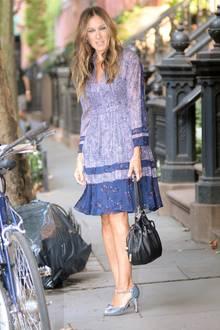 """Streetstyle: """"Sex and the City""""-Star Sarah Jessica Parker trägt ein tolles Kleid von Rebecca Taylor. Dazu noch farblich passende Glitzer-Heels: Haben Wollen!"""