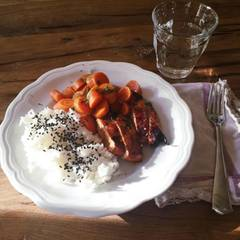 Stars + ihr Essen: Das bekommen die Kinder von Schauspielerin Kimberly van der Beek zum Abendessen: Basmatireis mit schwarzen Sesamsamen, gekochte Karotten und Barbecue-Hähnchen. Lecker!