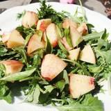 Stars + ihr Essen: Ein simpler Sommersalat nach einem Rezept von Kimberly van der Beek: Rucola, Pfirsich, Dill, Basilikum und Koriander mit einem Dressing aus Olivenöl und Balsamicoessig.