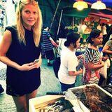 Stars + ihr Essen: Sie wird doch nicht etwa zu frittiertem Essen greifen? Gwyneth Paltrow war lange Fan von allem, was roh und makrobiotisch ist. Hier allerdings steht sie auf dem Markt von Hong Kong vor einem Fischhändler.
