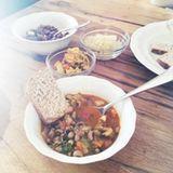"""Stars + ihr Essen: """"Eintopf aus Ikaria"""" - dieses griechische Gericht aus Bohnen, Fenchel, Knoblauch und Tomate, das für ein langes Leben sorgen soll, peppt Kimberly van der Beek mit Mandeln, Sesamöl, rohem Sauerkraut und Sauerteigbrot auf."""