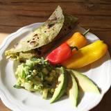 Stars + ihr Essen: Unkompliziert: Burritos mit gestückelten Gurken und Avocados, dazu kleine bunte Paprika und Avocadoscheiben. Empfohlen von Gemüsefan Kimberly van der Beek.