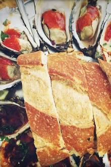 """Ernährung + Diät: Edles Abendbrot: Gwyneth Paltrow schwärmt von den """"vielleicht besten Austern meines Lebens"""" - mit verschiedenen Würzsoßen und Brot."""