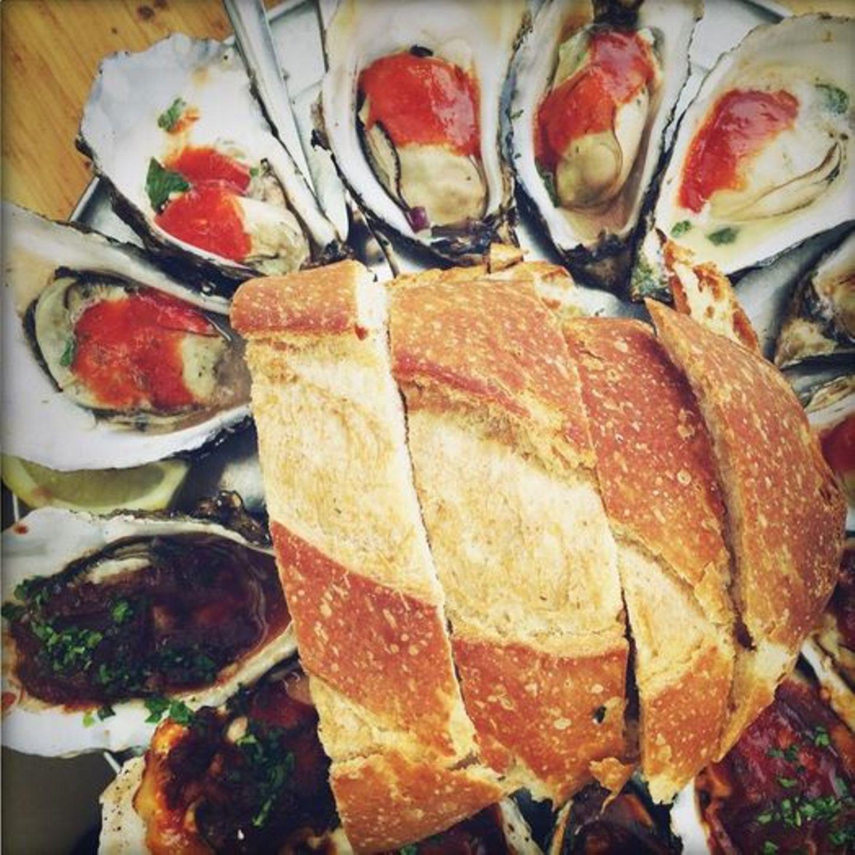 """Stars + ihr Essen: Edles Abendbrot: Gwyneth Paltrow schwärmt von den """"vielleicht besten Austern meines Lebens"""" - mit verschiedenen Würzsoßen und Brot."""