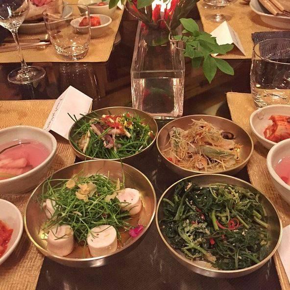 Stars + ihr Essen: Supermodel Gisele Bundchen kann sich bei ihrem Besuch in Korea für die heimische Küche begeistern. Klar, es gibt ja viel Grünes und viel wenig Gekochtes, echtes Modelterrain also.