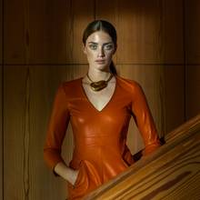 Minikleid in Orange, von Patrizia Pepe. Kette von Xenia Bous