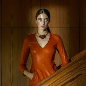 Minikleid in Orange, von Patrizia Pepe. Kette von Xenia Bous