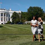 Michelle Obama spaziert mit Königin Letizia über den Rasen des Weißen Hauses.