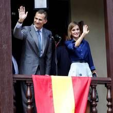 Im Regierungsgebäude von St. Augustine zeigen sich König Felipe und Königin Letizia auf dem Balkon.