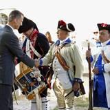 In Mount Vernon wird das Königspaar von Schauspielern in Uniformen des amerikanischen Unabhängigkeitskrieges begrüßt.