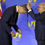 König Felipe erhält von College-Präsident Eduardo J. Padron die Präsidentschaftsmedaille.