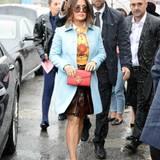 Das schlechte Wetter in Mailand hält Salma Hayek nicht davon ab, die Show von Gucci zu besuchen.