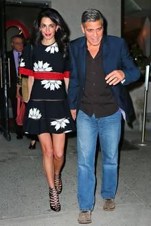 Ein einfaches Blumenkleid? Nicht doch! Das gute Stück, das Amal Clooney sich als florales Dinner-Outfit ausgesucht hat, stammt aus dem Hause Alexander McQueen und ist für ca. 3480 Euro zu erwerben.