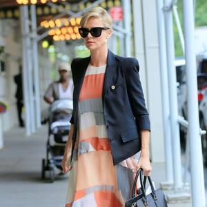 """Mit dunklem Blazer über dem farbenfrohen Chiffonkleid von Zimmermann zeigt sich Charlize Theron beim mehrtägigen """"Social Good Summit"""" in New York."""