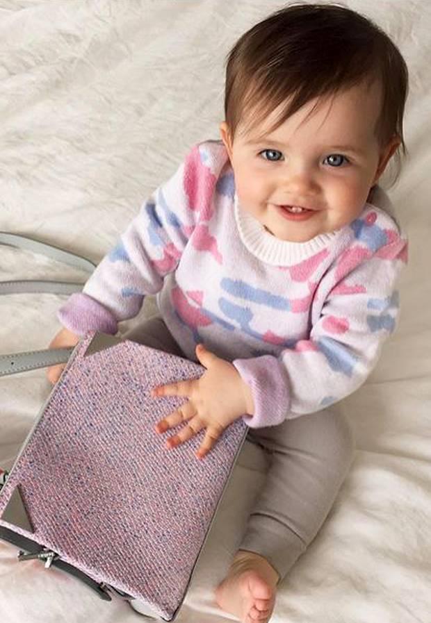 Ioni Conran tritt in die Fußstapfen ihrer berühmten Model-Mama Coco Rocha und kann sich schon jetzt für süße, rosafarbene Outfits und Handtaschen begeistern.