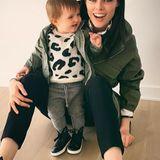 Der Mutter-Tochter-Partnerlook mit Sneakern, Parka-Jacke und gemustertem Pullover steht Coco Rocha ebenso gut wie ihrer Tochter Ioni.