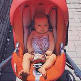Der Blick ist skeptisch, das Outfit jedoch perfekt abgestimmt beim Ausflug mit den Eltern. Ionis Traum in Orange kann sich wirklich sehen lassen.