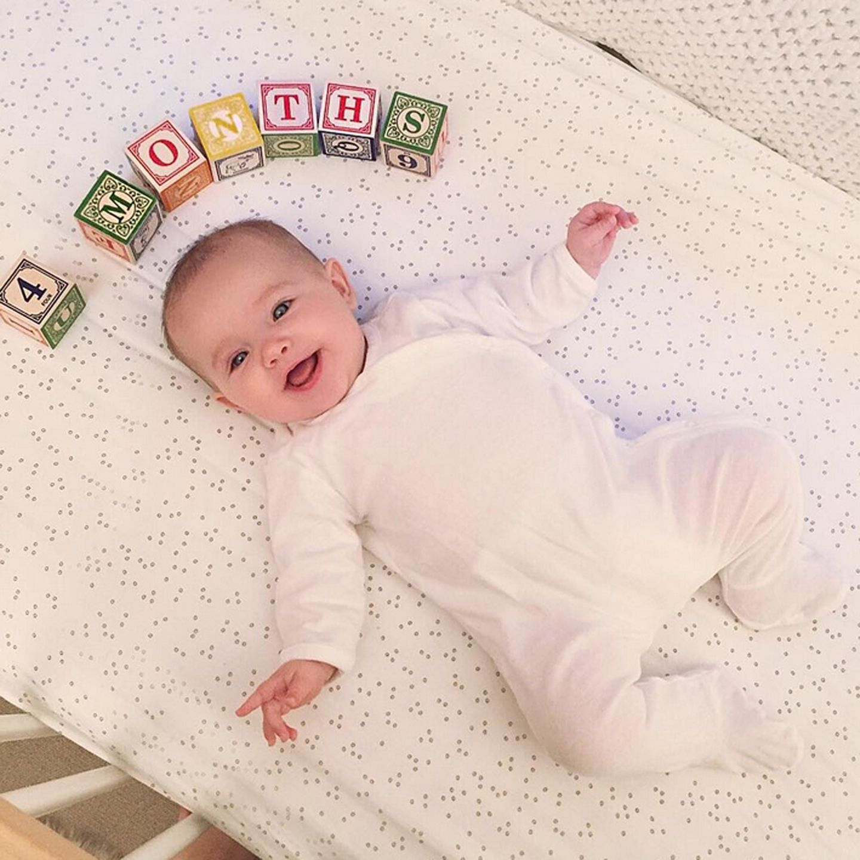 Weiß wie die Unschuld und mit ungetrübt guter Laune erfreut sich die vier Monate alte Ioni Conran des Lebens.