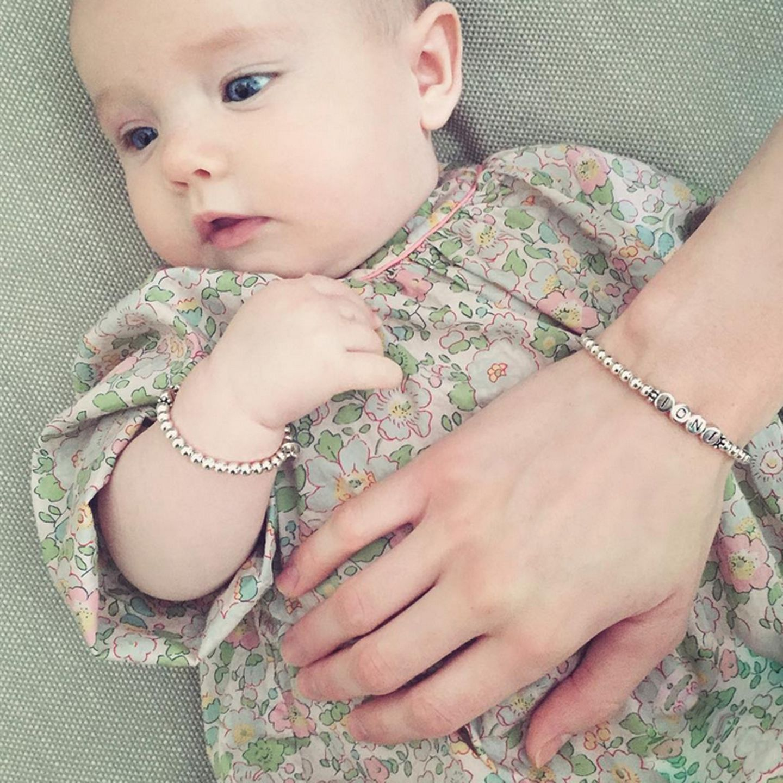 Wie süß, der erste Mutter-Tochter-Partnerlook! Zum niedlichen Blümchenkleid hat die kleine Maus von ihrer Mama als elegantes Accessoire ein silbernes Armband mit kleinen Kugeln geschenkt bekommen.