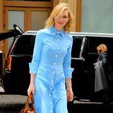 Im leuchtend babyblauen Hemdkleid mit farblich perfekt passender Ledertasche ist Cate Blanchett auf dem Weg in ihr New Yorker Hotel ein absoluter Blickfang.