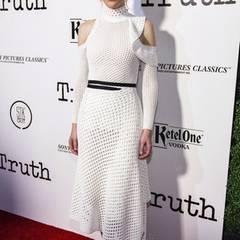 """Gar keine kalte Schulter zeigt uns Cate Blanchett bei einer Presse-Vorführung von """"Truth"""" in diesem weißen Netz-Kleid von Proenza Schouler."""