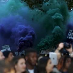 Die Demonstranten zünden außerdem Rauchbomben.
