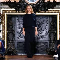 Designerin Stella McCartney freut sich über den tosenden Applaus für ihre neue Frühjahr/Sommer-Kollektion.