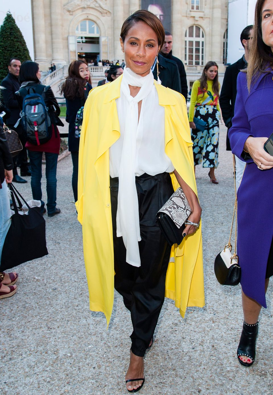 Ein besonders leuchtender Hingucker ist Jada Pinkett-Smith in Gelb und Schwarz-Weiß bei der Fashion-Show von Chloé.