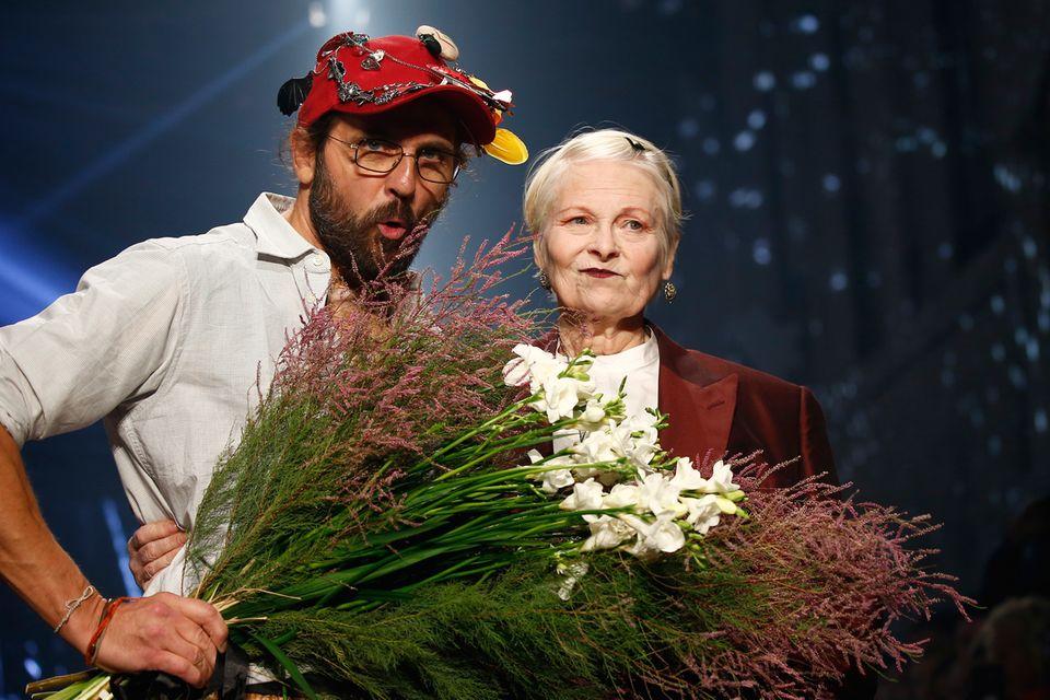 Star-Designer Vivienne Westwood nimmt zusammen mit ihrem Mann Andreas Kronthaler ihren verdienten Applaus nach der Show entgegen.