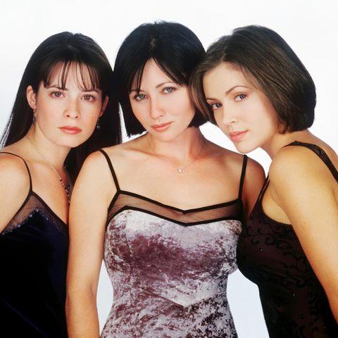 """Als """"Charmed - Zauberhafte Hexen"""" 1998 erstmals ausgestrahlt wird, kämpfen Holly Marie Combs, Shannen Doherty und Alyssa Milano gemeinsam gegen die Quelle des Bösen. In der dritten Staffel müssen sich Piper und Phoebe jedoch von Prue trennen - sie fällt einem Dämon zum Opfer. Shannen steigt 2001 aus der Serie aus."""