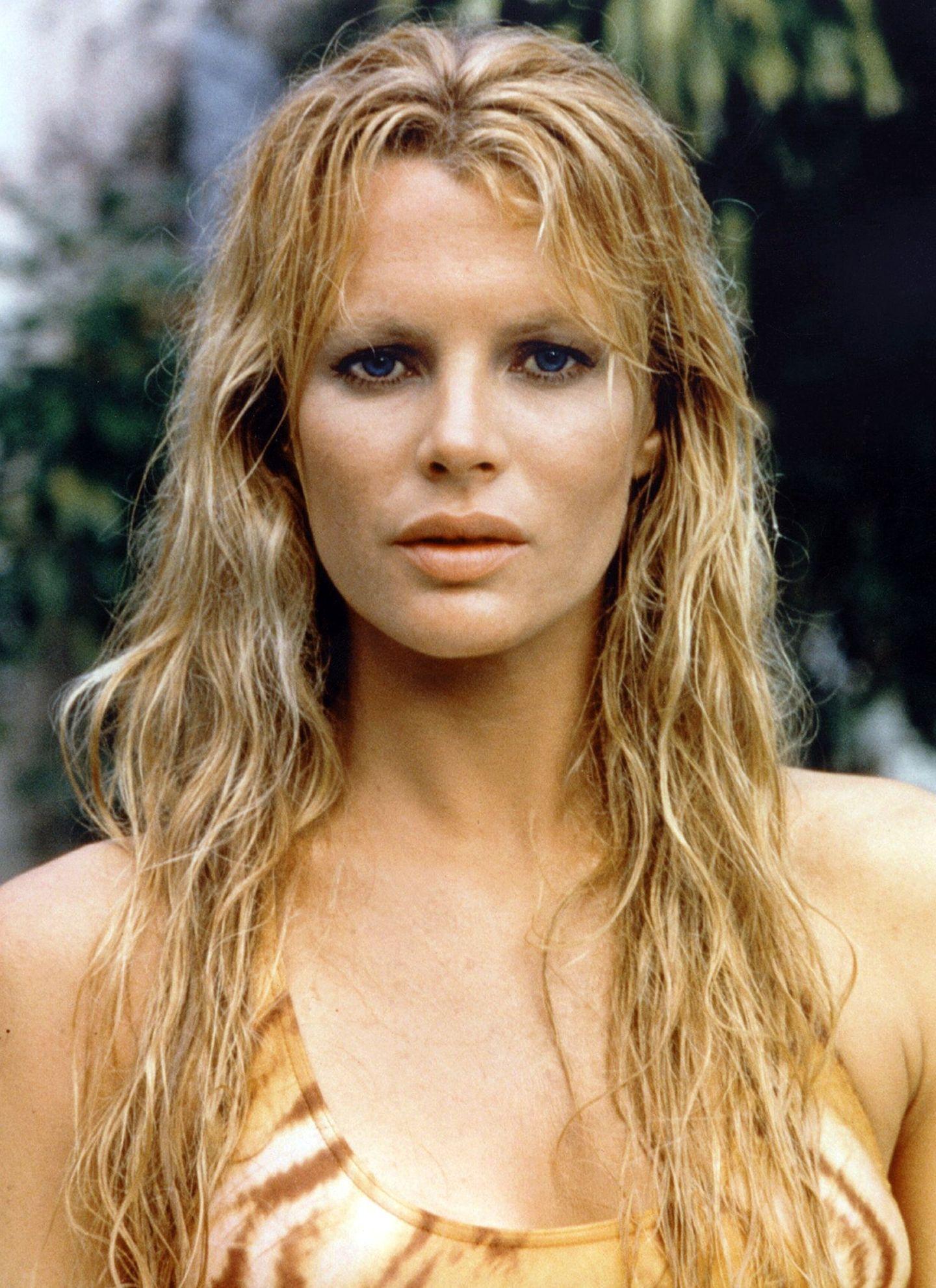 """Kim Basinger lässt in """"Sag niemals nie"""" von 1983 mit ihrer blonden Haarpracht im Wet-Look Erinnerungen an """"Honey Ryder"""" wach werden."""
