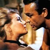 """Die schöne 60er-Jahre-Hochsteckfrisur von Daniela Bianchi als """"Tatiana Romanova"""" hatte sich nach dem Intermezzo mit James Bond (Sean Connery) ganz schnell aufgelöst."""