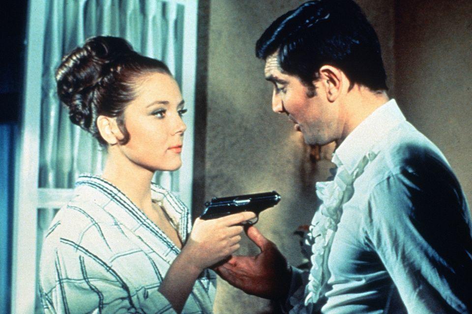 """Die klassische Sixties-Hochsteckfrisur mit Riesen-Dutt von Diana Rigg als """"Contessa Teresa di Vincenzo"""" wirkt bombenfest. Sie spielte 1969 an der Seite vom damaligen Bond-Darsteller George Lazenby in """"Im Geheimdienst Ihrer Majestät""""."""