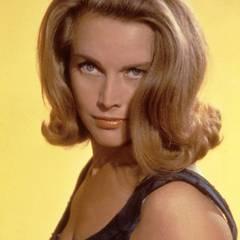 """Honor Blackman, die das Bond-Girl """"Pussy Galore"""" in Goldfinger (1964) spielte, unterstrich ihren verführerischen Blick mit voluminösem Sixties-Styling."""