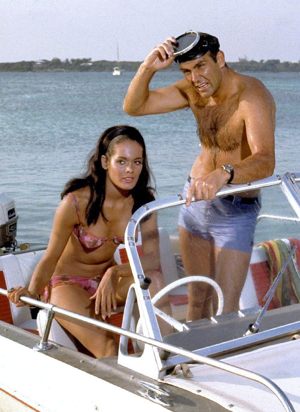 """Martine Beswick bezauberte 1965 James Bond, hier gespielt von Sean Connery, in """"Feuerball"""" nicht nur mit viel nackter Haut, sondern mit ihrer offenen Haarpracht im Haarreifen-Look der Sechziger Jahre."""
