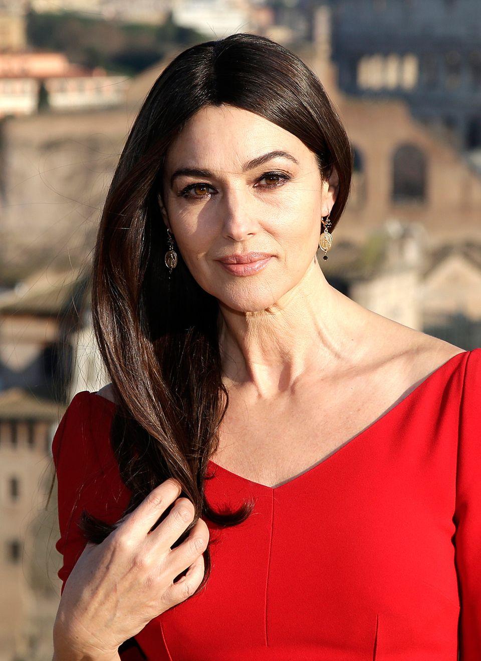 Wen interessiert schon das Alter von Bond-Girl Monica Bellucci, wenn man eine solche Schönheit mit glänzender, glatter Haarpracht auf der Leinwand bewundern.