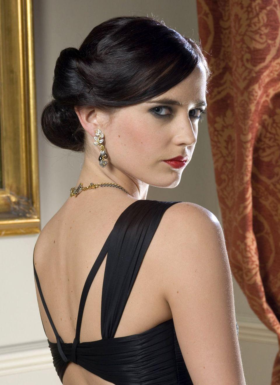 """Eva Green alias """"Vesper Lynd"""" verführte 2006 Daniel Craig, der sein Debüt als James Bond in """"Casino Royale"""" gab, mit einer aufwendigen Hochsteckfrisur mit klassischem Chignon."""