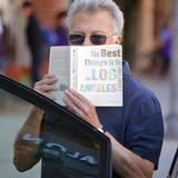 """Bewaffnet mit einem Touri-Guide """"The Best Things to Do in Los Angeles"""" lenkt es sicher den einen oder anderen Paparazzi ab, aber nicht alle, es ist nämlich Dustin Hoffman!"""
