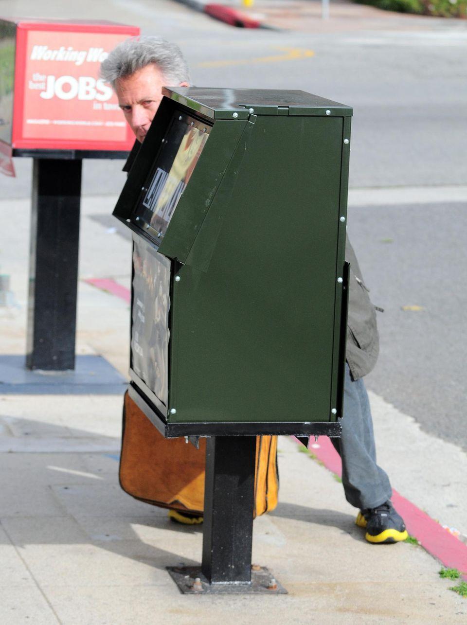 Ein Zeitungskasten dient hier als perfekte Tarnung für Dustin Hoffman, ganz sicher fällt er jetzt gar nicht mehr auf.