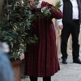 Selbst bei Dreharbeiten in Florenz wird der Schauspieler nicht von den Fotografen in Ruhe gelassen, aber zum Glück gibt es einen kleine Busch hinter dem man sich verstecken kann.