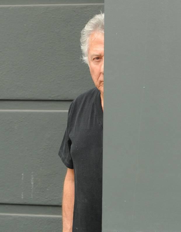"""Dustin Hoffman spielt """"Hide and Seek"""" mit seinen Verfolgern und beobachtet sie mit ernster Miene von seinem Versteck aus."""