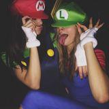 Super Mario und sein Freund Luigi? Nein, hinter den Kostümen der Videospiel-Figuren verbergen sich Topmodel Kendall Jenner und ihre beste Freundin Cara Delevingne.